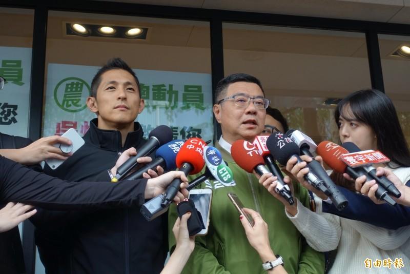民進黨主席卓榮泰下午陪台北市立委候選人吳怡農車隊掃街前受訪。(記者沈佩瑤攝)