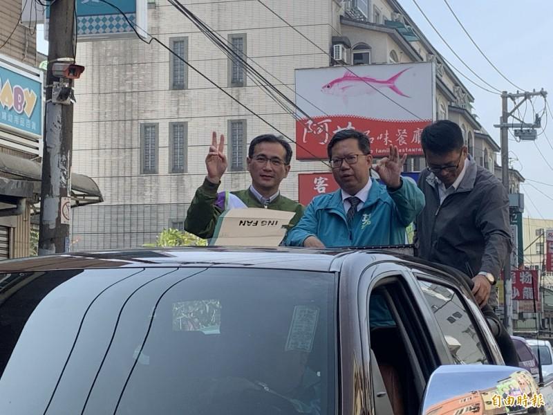 桃園市長鄭文燦今天上午到蘆竹地區,參加立委候選人鄭運鵬(左)的掃街拜票行程。(記者陳恩惠攝)