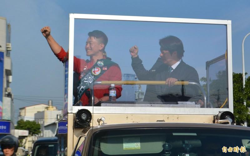 民進黨副總統候選人賴清德(右)今天下午陪陳柏惟(左)在沙鹿車隊掃街。(記者陳建志攝)