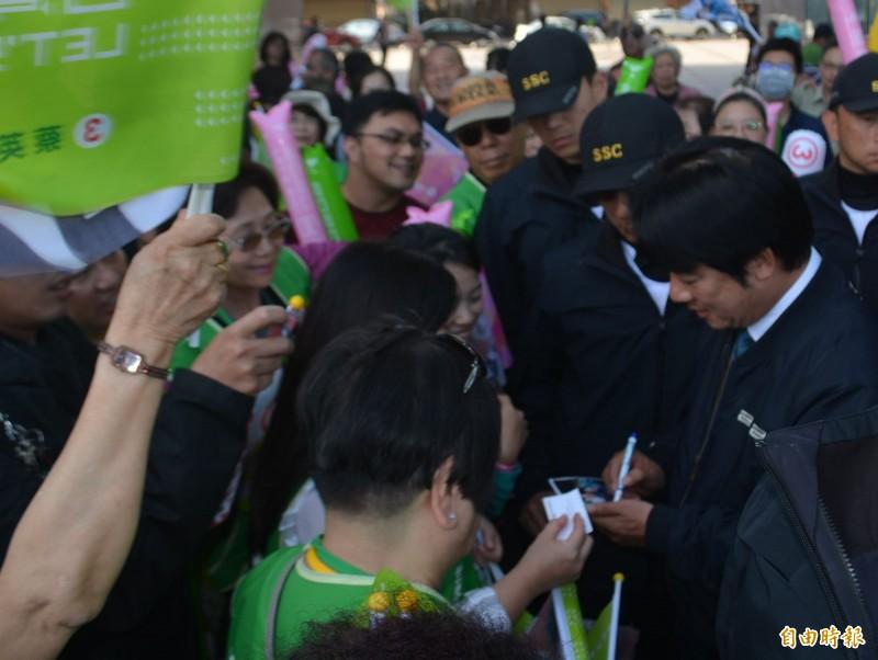 民進黨副總統候選人賴清德(右)今天下午到台中沙鹿陪陳柏惟掃街,支持者爭相拍照、要簽名。(記者陳建志攝)