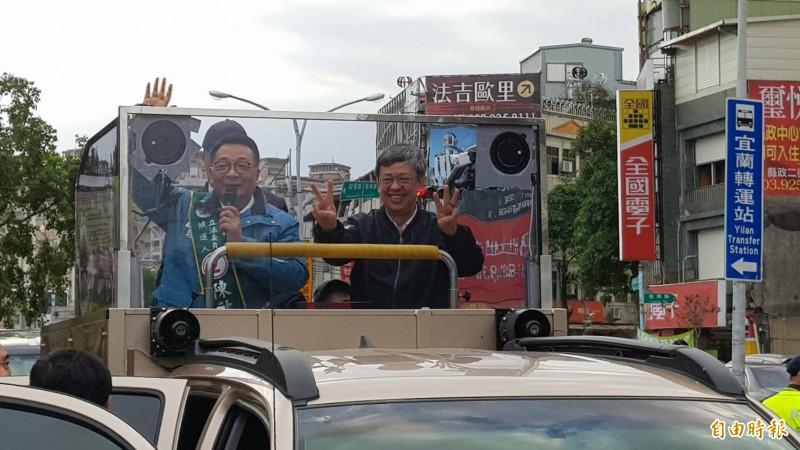 副總統陳建仁今天下午到宜蘭輔選,陪民進黨立委陳歐珀掃街拜票。 (記者游明金攝)