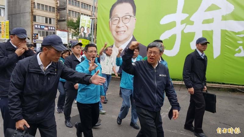 副總統陳建仁今天下午到宜蘭輔選,陪民進黨立委陳歐珀掃街拜票。(記者游明金攝)