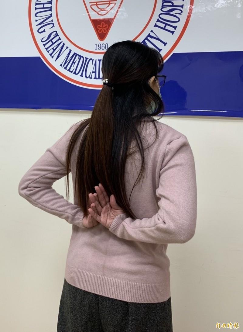 諶小姐五十肩,接受骨骼肌肉栓塞治療後大幅改善,手能扣衣服、舉高了。(記者蔡淑媛攝)