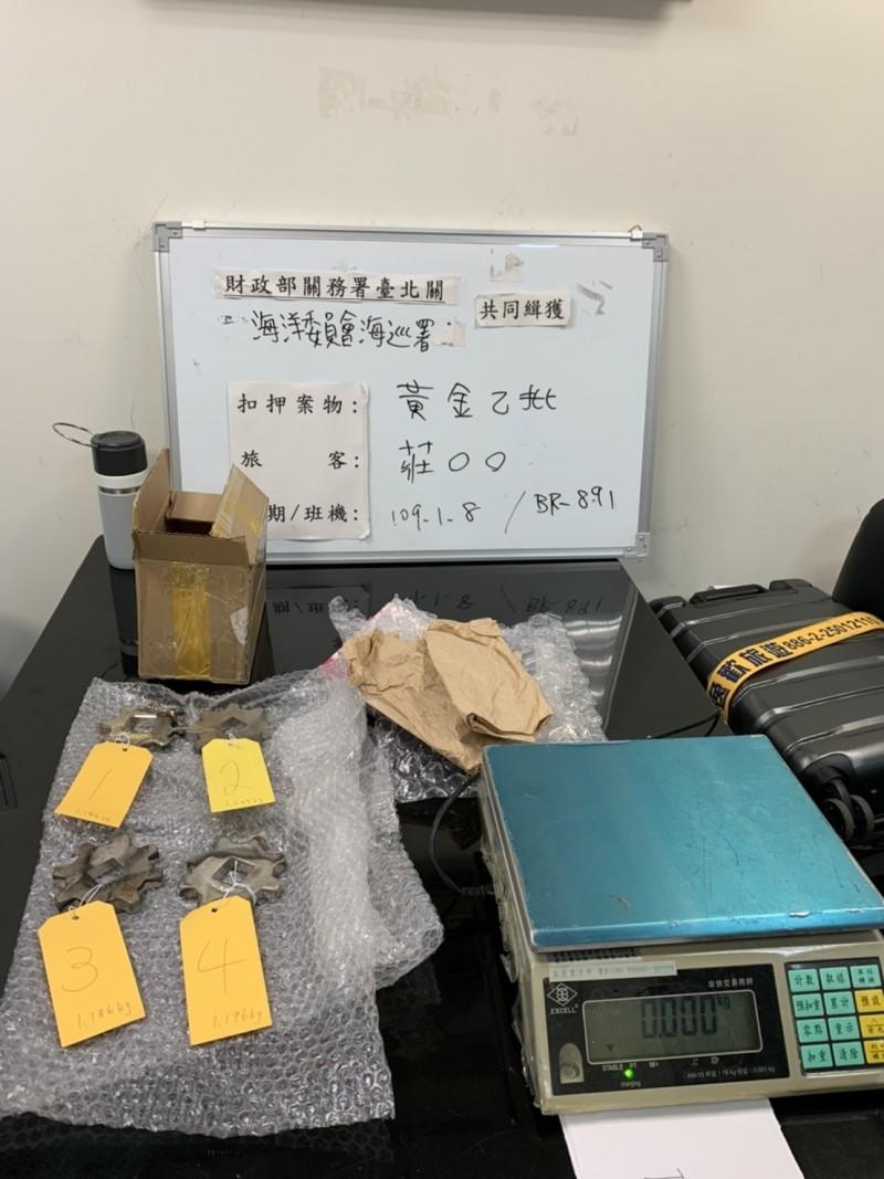 海巡與關務人員在莊女託運的行李箱內起出市價720萬的黃金齒輪。(記者吳昇儒翻攝)