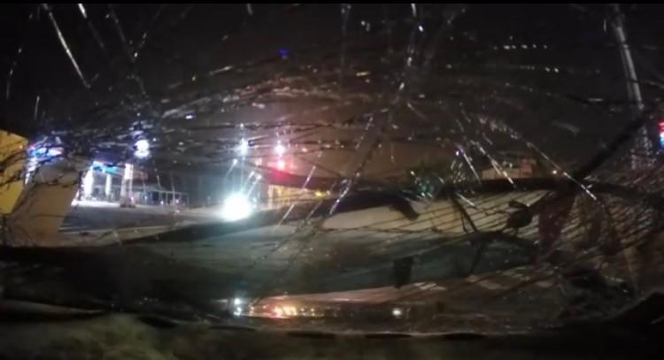 燈桿倒下砸到小自客車引擎蓋,擋風玻璃破碎。(記者洪臣宏翻攝)