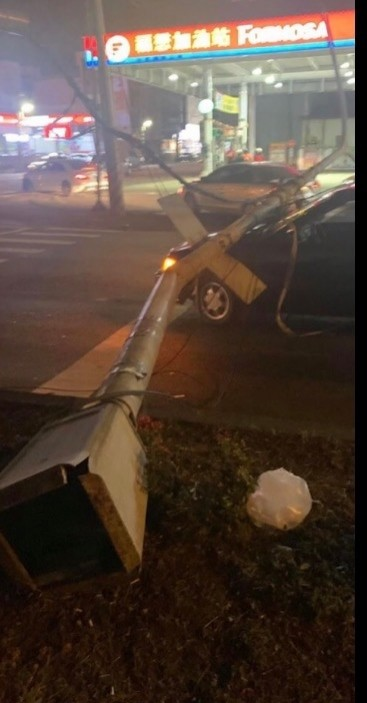 燈桿倒下砸到小自客車引擎蓋。(記者洪臣宏翻攝自臉書爆料公社二社)