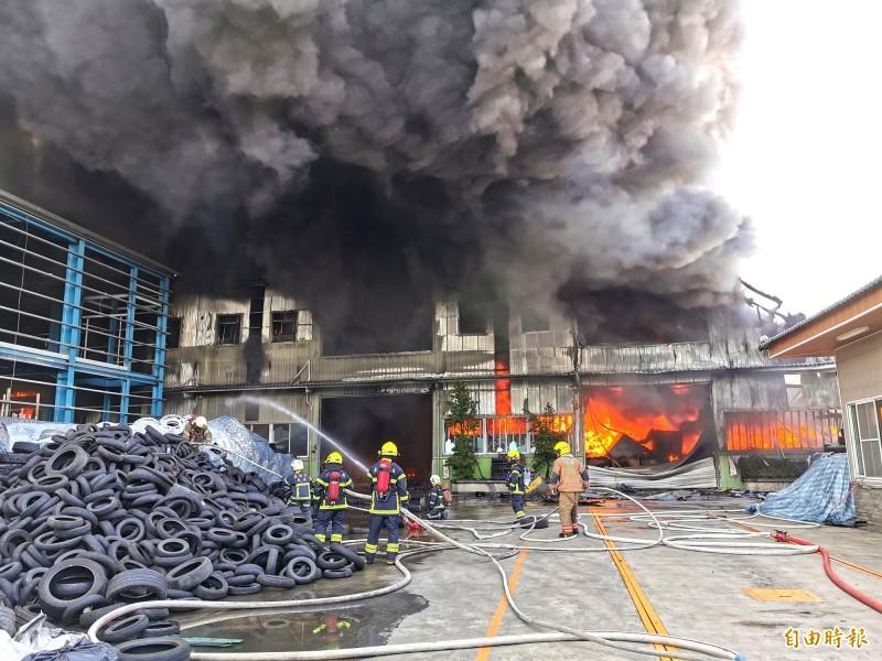 台南仁德輪胎工廠大火,濃煙猛竄。(記者吳俊鋒攝)