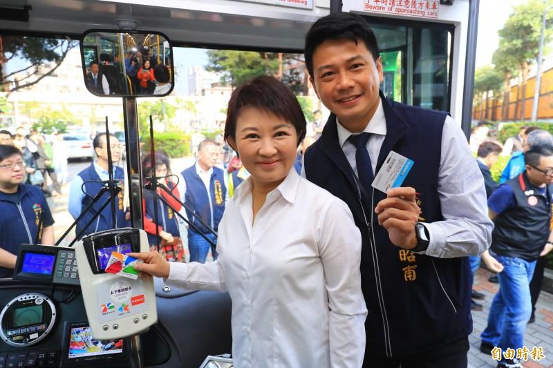 雙十公車大年初一上路,台中市長盧秀燕(左)、交通局長葉昭甫(右)呼籲民眾春節搭公車遊台中。(記者張菁雅攝)