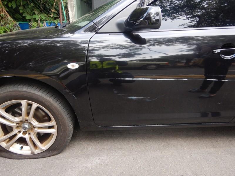 杜女自小客的車身有明顯刮痕,連車胎都破掉。(記者許國楨翻攝)