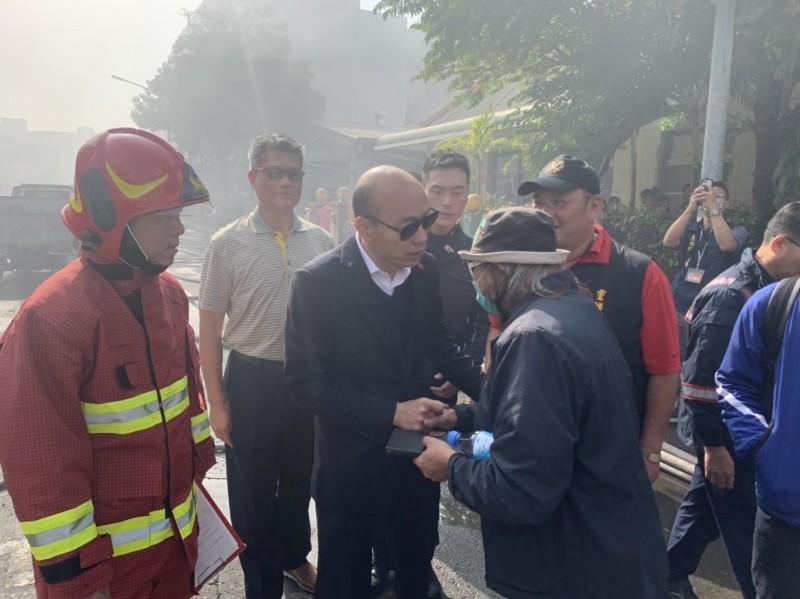 韓國瑜沒睡覺,親赴火災現場探視。(高市府提供)