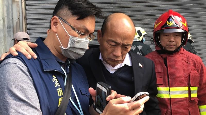韓國瑜前往火場探視。(高市府提供)