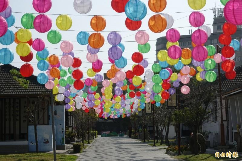 鹿港藝術村「糖果燈籠海」浪漫點燈,繽紛色彩讓人覺得戀愛了!(記者劉曉欣攝)