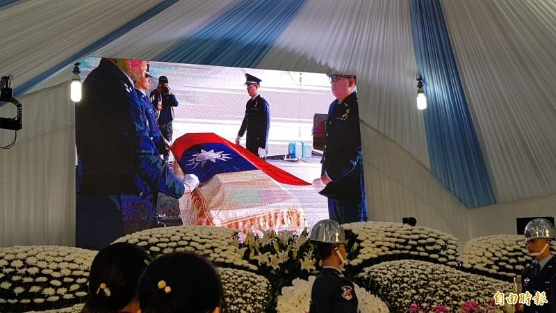 軍方在黃聖航靈柩覆蓋國旗。(記者彭健禮攝)