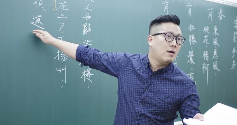 潁川國文補教團隊老師柳詠說,未來學生勢必於高一、二階段增加閱讀、寫題技巧的深度與廣度,若僅侷限課文之中,恐難應付考試趨勢。(記者鄭名翔翻攝)