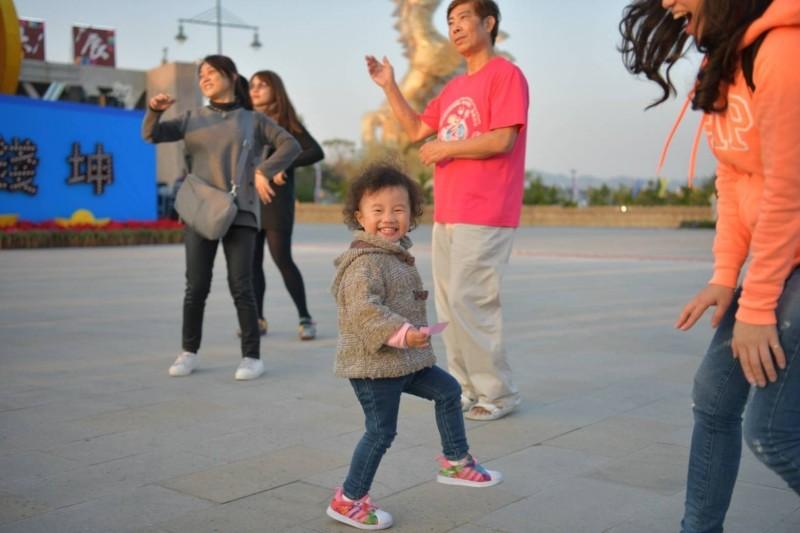 南投燈會近百位民眾大跳廣場舞,小朋友跟著舞動搖擺,模樣十分可愛。(南投縣政府提供)
