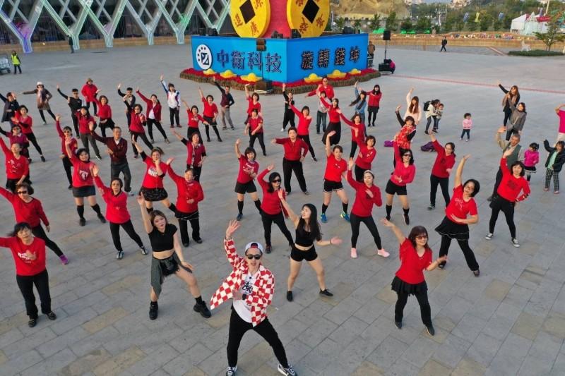網路知名舞蹈老師瘋狂麥克斯,20日率近近百位民眾在南投燈會大跳廣場舞,為燈會宣傳。(南投縣政府提供)
