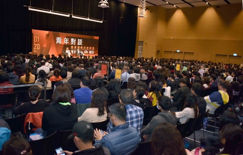 陳士駿在高雄演說,吸引滿場聽眾。(記者王榮祥翻攝)