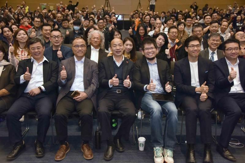高雄市長韓國瑜(前排左3)到場當聽眾,聆聽陳士駿(前排右3)的經驗分享。(記者王榮祥翻攝)