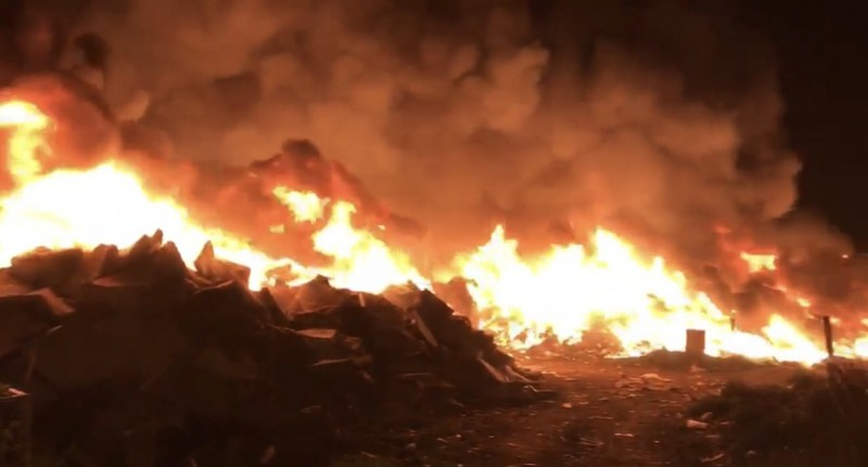 桃園市虎頭山上的會稽掩埋場昨天晚間竄火,火勢延燒猛烈。(記者魏瑾筠翻攝)