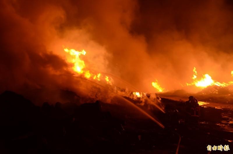 桃園市會稽垃圾場大火,桃園市消防局出動近百名消防人員灌救,火勢在今天凌晨1點34分獲得控制,但火勢仍十分猛烈,消防人員徹夜灌救中。(記者鄭淑婷攝)
