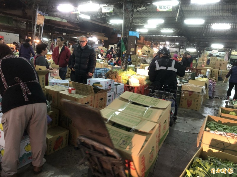 許多人一大清早到桃園果菜市場批發蔬果。(記者魏瑾筠攝)