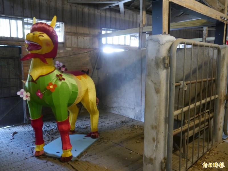 可愛花燈馬進駐馬廄。(記者張軒哲攝)