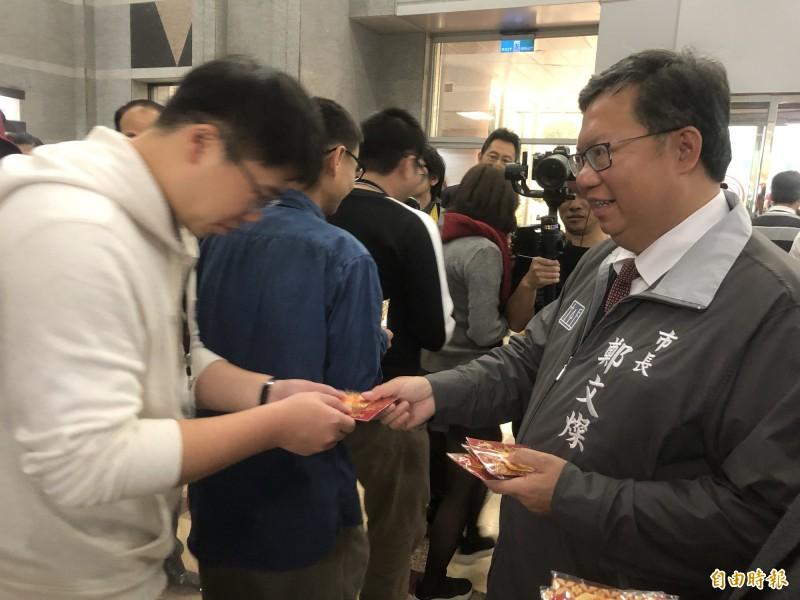桃園市長鄭文燦(右)今天上午在桃園市府辭歲並發放福袋。(記者魏瑾筠攝)