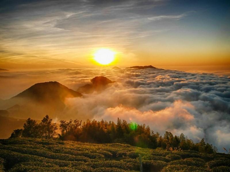 雲嶺之丘還可看到夕陽雲海,令人宛如置身仙境。(草嶺石壁大飯店高名煌提供)