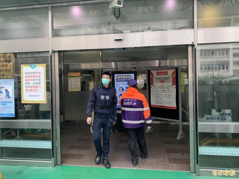為了防堵武漢肺炎,民眾即起進出林口長庚醫院需強制配戴口罩。(記者魏瑾筠攝)