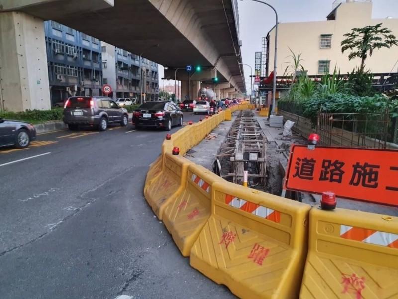 市府春節期間禁止道路挖掘,在建工程請民眾注意安全。(記者陳文嬋翻攝)