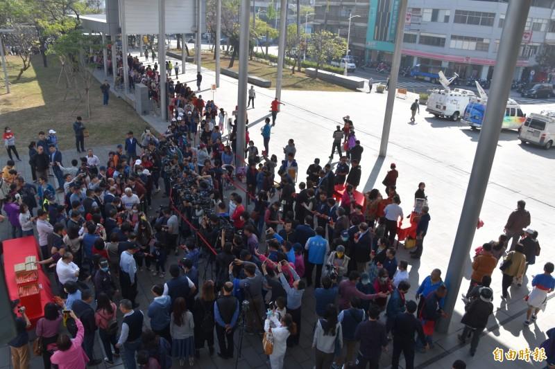 高雄市長韓國瑜今天上午10點前往鳳山行政中心發送紅包和春聯,向民眾拜早年,吸引不少韓粉前往為韓加油打氣。(記者蘇福男攝)