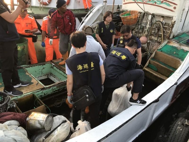 屏東地檢署指揮海巡署屏東查緝隊查獲東港籍「振吉財」號漁船海上運毒案(001圖),從船艙內起出718公斤的甲基麻黃素等安非他命原料(002及003圖)。(記者李立法翻攝)