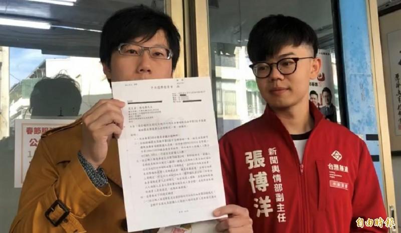 陳冠榮醫師(左)收到中選會公文,宣布年初五展開二階罷韓連署。(記者黃旭磊攝)