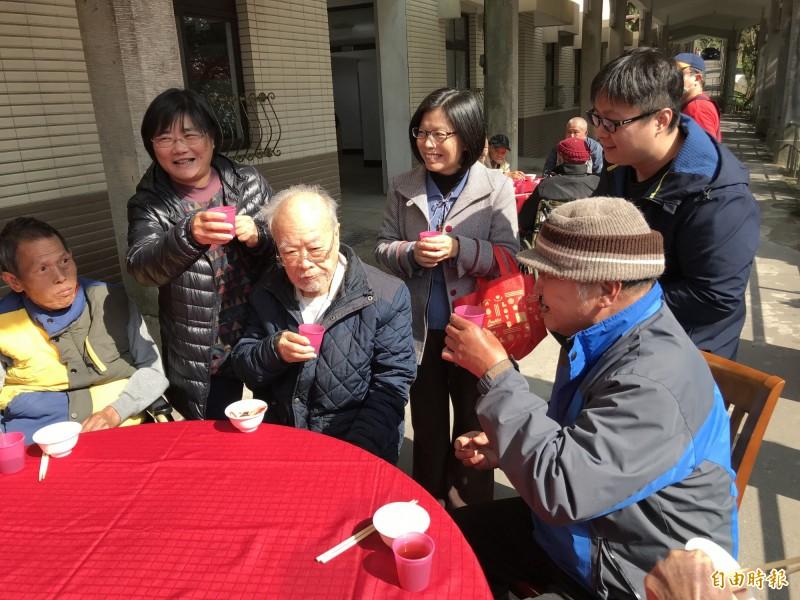 高齡98歲的阿公金遐山(右2)說,他小孩長年居住國外,他住在這裡3年,這裡就是他的家,很開心每年跟院友一起圍爐。(記者林嘉東攝)