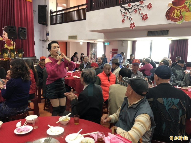 新北市立仁愛之家為關懷低收入戶等弱勢族群,今天中午席開25桌,舉辦「春節圍爐聯歡」活動,藝人林玉紫在台下唱歌,與150名安養住民同歡。  (記者林嘉東攝)