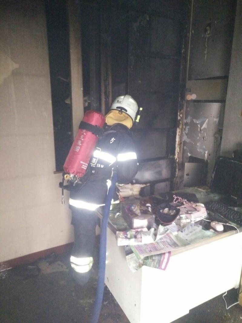 消防隊員獲報到場進行灌救與搜尋受困民眾。(南投縣政府消防局提供)