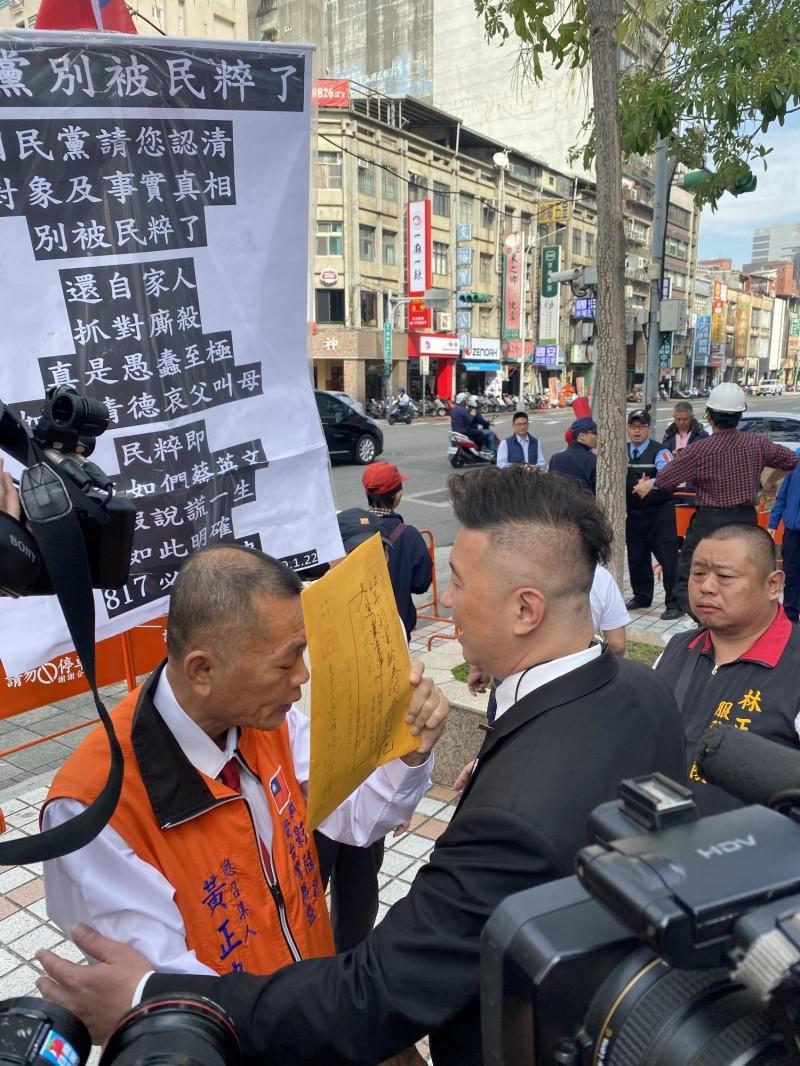 自稱有45年黨齡的黨員黃正忠(左)欲進入國民黨中央黨部時被保全阻擋。(記者吳書緯攝)