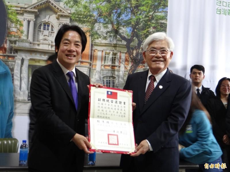 中選會主委李進勇(右)頒發副總統當選證書給賴清德(左)。(記者王俊忠攝)