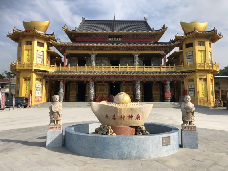 嘉義縣中埔鄉歡喜財神廟廟前的八卦型的台灣元寶許願池。(記者蔡宗勳翻攝)