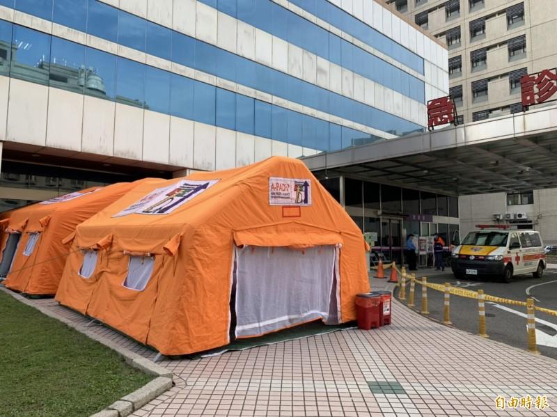衛生福利部桃園醫院在急診室外設置帳篷作為隔離區。(記者魏瑾筠攝)