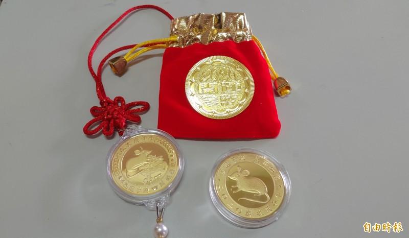 順澤宮春節準備3000枚招財錢母贈送給信眾。(記者陳冠備攝)