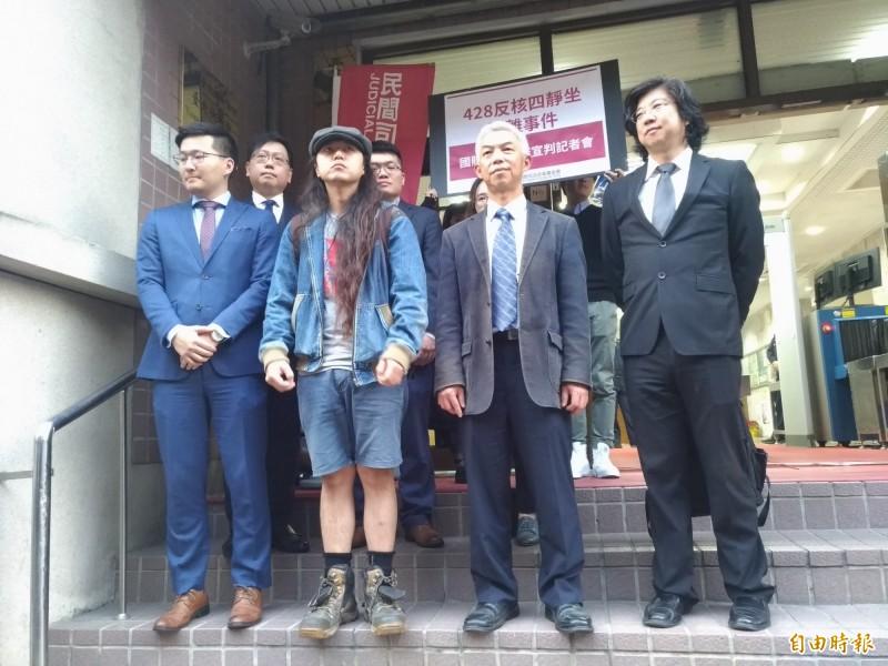 當事人洪聖超(前左二)肯定法官判決。(記者吳政峰攝)
