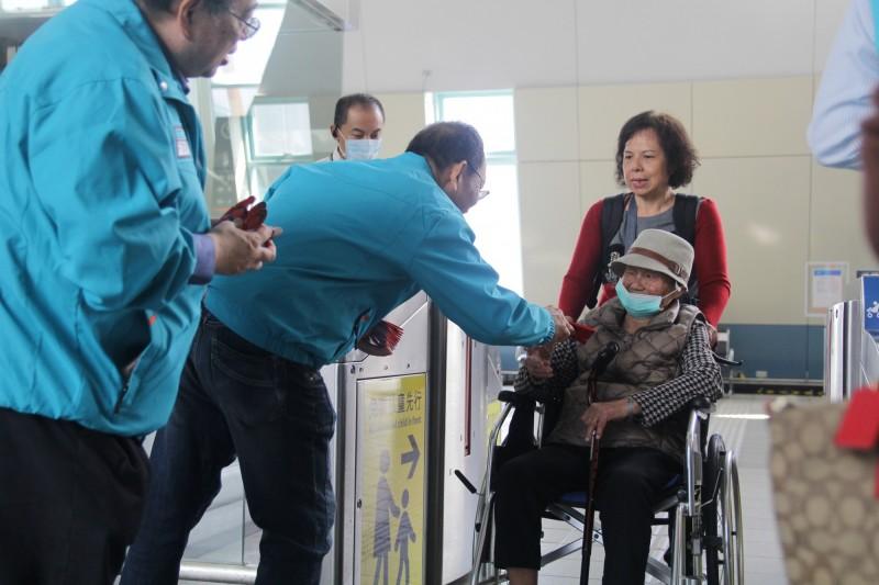 嘉義縣政府一級主管到高鐵站發送紅包,不少民眾戴著口罩防範疫情。(嘉義縣政府提供)