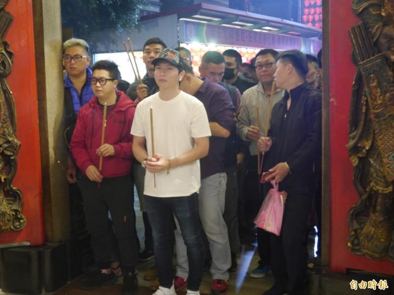 參加搶頭香民眾擠在鎮瀾宮門口。(記者張軒哲攝)