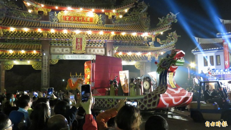 晚間11點半「祈年通寶船」由信眾拉縴入天后宮廟埕。(記者王姝琇攝)