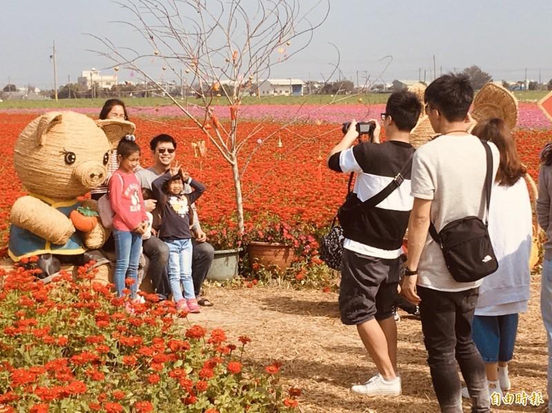 太保花海節春珠社區用稻草編織的金鼠,吸引許多人排隊拍照。(記者蔡宗勳攝)