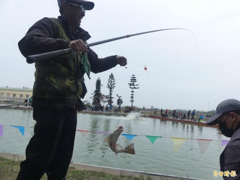 金門水試所「樂不思蜀釣魚趣」活動,不少釣客滿載而歸,臉上掛著滿足笑容。(記者吳正庭攝)