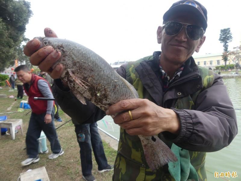 金門水試所「樂不思蜀釣魚趣」活動,有的釣客下竿2小時,魚獲不斷。(記者吳正庭攝)