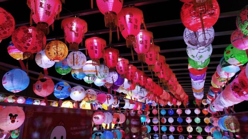 六甲恒安宮媽祖廟在廟埕設置祈福燈區,用1千盞燈籠形成花燈隧道,入夜後很美麗。(記者楊金城翻攝)