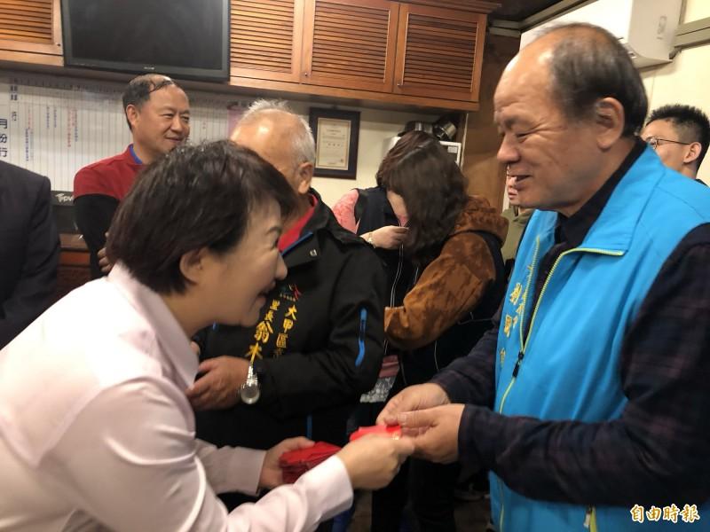 大年初二,台中市長盧秀燕到大甲鎮瀾宮發小紅包。(記者歐素美攝)